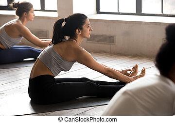 練習する, ヨガ, ポーズを取りなさい, 若い, paschimottanasana, グループ, 女性