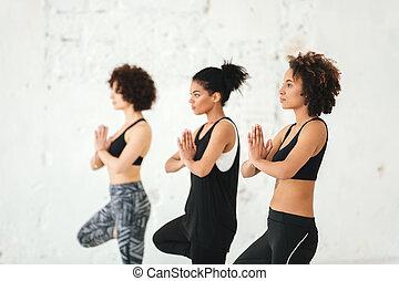 練習, グループ, ヨガ, 若い女性たち