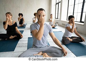 練習, 人々, 多様, 練習する, 鼻孔, ヨガ, 交替しなさい, 呼吸