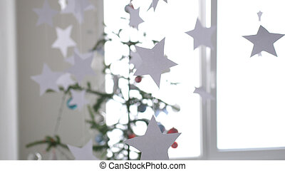 纸, 星, 悬挂, 为, 背景, 在中, a, 圣诞节, 内部, 在以前, the, fir-tree, 在旁边, the, 窗口。, 圣诞节, 概念