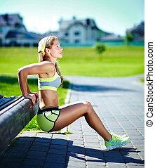 练习, 妇女, 做, 推, ups, 在中, 户外, 测验, 训练, 运动, 健身, 妇女微笑, 快乐, 同时,, 开心