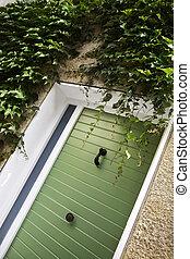 绿色的门, 在上, the, 正面, 在中, a, 小的房子