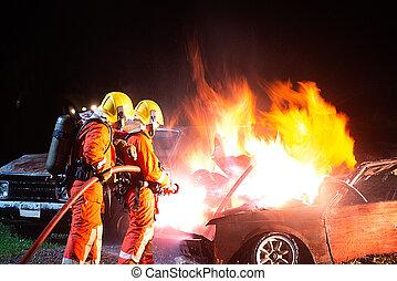 置かれた, 残忍である, 消防士, スプレーをかける, 水, から, 車。, 火