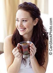美しい女性, カップ, お茶, ベッド, 飲むこと