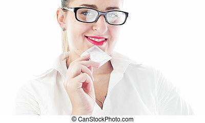 美しい女性, コンドーム, 写真, クローズアップ, 保有物, 口, 微笑, パックされた
