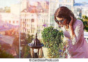 美しい女性, サングラス, 花, 若い, においをかぐ, カフェ