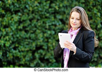 美しい女性, タブレット, コンピュータ, 使うこと, 微笑