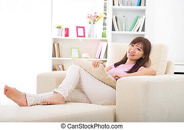 美しい女性, タブレット, ソファー, アジア人, computer., 微笑, あること