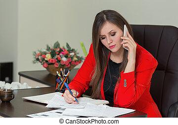 美しい女性, ビジネス, 話し, オフィス。, 執筆, 電話, ペーパー