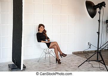美しい女性, ポーズを取る, 上に, 椅子, ∥において∥, 専門家, photostudio