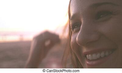 美しい女性, ライフスタイル, かなり, 成功した, 若い, の上, 日没, 背景, 終わり, 肖像画, 微笑, 楽しむ, 浜, 幸せ