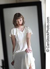 美しい女性, 中に, a, 白いドレス, 中に, ∥反映する∥中にいる∥, a, 鏡