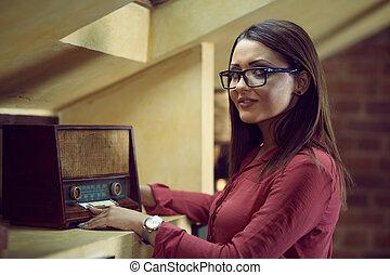 美しい女性, 古い, ラジオ, 仕様, 聞きなさい