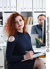 美しい女性, 彼女, オフィス, 座りなさい, ∥髪をした∥, 腕, 上司, 若い, ペン, テーブル, 把握, キャビネット, 赤