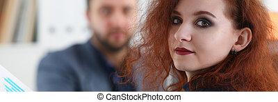 美しい女性, 彼女, オフィス, 座りなさい, ∥髪をした∥, 若い, キャビネット, テーブル, 上司, 赤