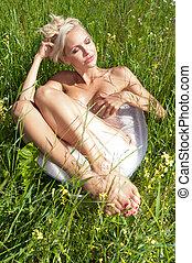 美しい女性, 牧草地, camomile, 浴室