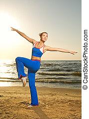 美しい女性, 若い, 日没, フィットネス, 浜, 練習