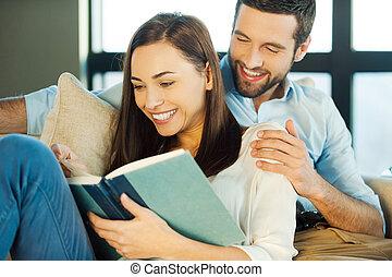美しい女性, 読書, 恋人, 若い, 瞬間, 間, 本, あらゆる, 一緒に。, それぞれ, 微笑, 楽しむ, 他, 結び付き, 情事