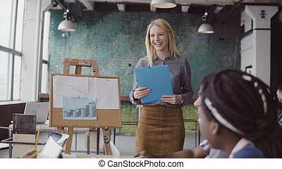 美しい女性, 財政, multiethnic, ビジネス, team., ミーティング, 人々。, 若い, マネージャー, 提出すること, グループ, データ