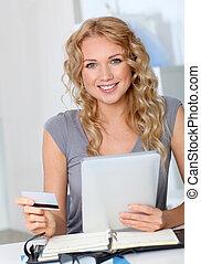 美しい女性, 買い物, オフィス, オンラインで