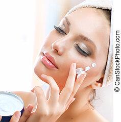美しい女性, 適用, 若い, moisturizing, 顔の クリーム