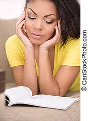 美しい女性, 降下, reading., ソファー, 間, 本, アフリカ, 家, 読書, あること, 女性