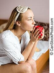美しい女性, sleepmask, &, カップ, モデル, 若い, ベッド, 魅了, 見る, 暑い, 窓, 夢のようである, 肖像画, 飲みなさい, から