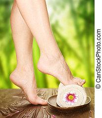 美しい女性, spa., 自然, 上に, 背景, 足
