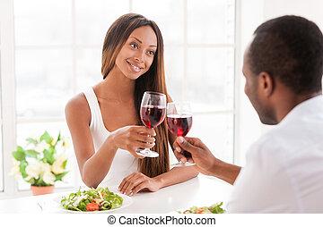美しい, よい, wineglasses, モデル, 恋人, 若い, 一緒に, 保有物, アフリカ, テーブル, date., 特別, ワイン