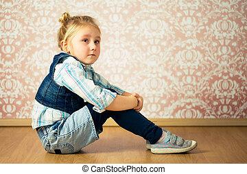 美しい, わずかしか, 座っている少女, 床