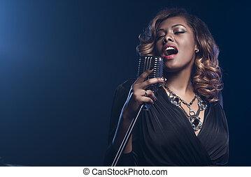 美しい, アフリカ 女, 歌うこと, ∥で∥, ∥, マイクロフォン