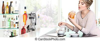 美しい, カプチーノ, クロワッサン, 女, カフェ, 朝食, 持つこと