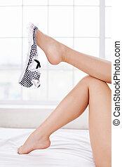 美しい, クローズアップ, 足, 離れて, 女性, 彼女, 取得, panties., 保有物, パンティー