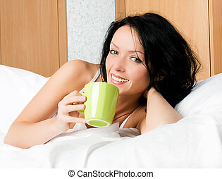 美しい, コーヒー, 女, カップ, ベッド, ブルネット