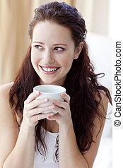 美しい, コーヒー, 女, カップ, ベッド, 飲むこと