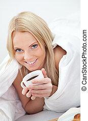 美しい, コーヒー, 女, 飲むこと, ベッド