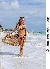 美しい, スペイン語, モデル, 楽しむ, a, ビーチにおいての日