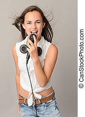 美しい, ティーンエージャーの少女, 歌うこと, ∥で∥, マイクロフォン