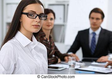 美しい, ブルネット, グループ, ビジネス 人々, オフィス。, フォーカス, 背景, ミーティング