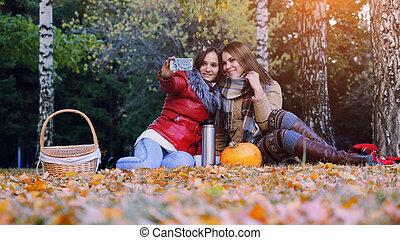 美しい, ブルネット, ピクニック, モデル, 女の子, selfie, 公園, 秋, time., 作成, ハロウィーン, 落ち葉, カボチャ