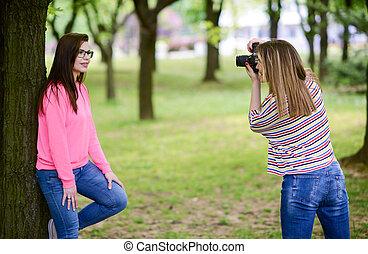 美しい, ブルネット, 取得, 写真, 公園, 若い女性, カメラマン