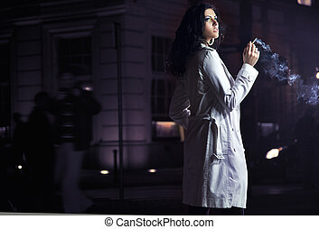 美しい, ブルネット, 喫煙, 都市で, 上に, ∥, 夜