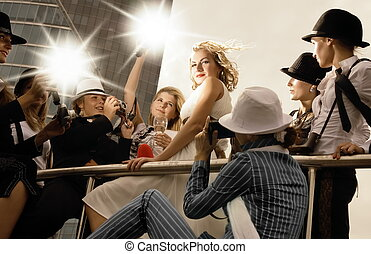 美しい, ブロンド, 女の子, 見る, のように, a, スーパースター, ポーズを取る, そして, ロット, の,...