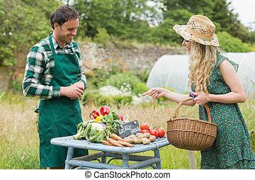 美しい, ブロンド, 女, 購入, 野菜, ∥において∥, 農夫の 市場