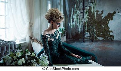 美しい, ヘアスタイル, 女性の モデル, 服, interior., 若い, 背景, 緑, 魅力的, textured, ブロンド, テーブル。, 贅沢