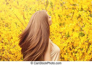 美しい, ヘアスタイル, 女, に対して, 健康, 若い, 黄色, 毛, バックグラウンド。, 吹く, 長い間, 肖像画, 女の子, 花