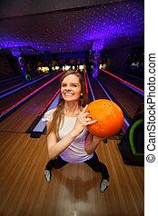 美しい, ボール, 立つ, クラブ, ボウリング, もつ, オレンジ, 女の子, 幸せ