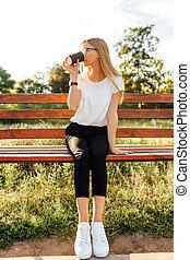 美しい, モデル, コーヒー, 公園のベンチ, 日没, 学生, 飲む ガラス