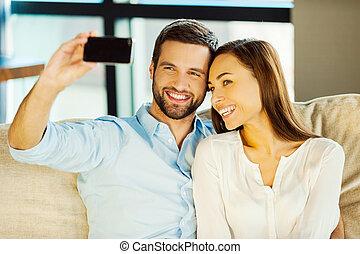 美しい, モデル, 恋人, love., 若い, 一緒に, ソファー, 間, 他, 取り込む, それぞれ, 作成, selfie, 結び付き, 情事
