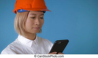 美しい, モビール, ユニフォーム, 労働者, texting